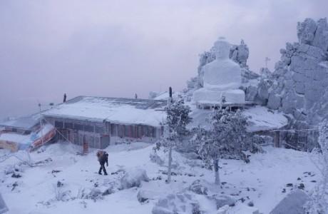 Ngôi chùa nằm trên núi, ở vùng Ural xa xôi thuộc Nga