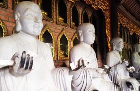 Nhét tiền vào tượng Phật và sự khủng hoảng về tâm linh