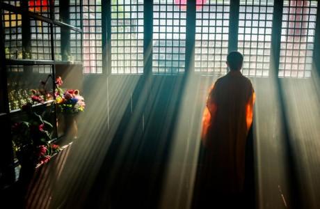 Khoác áo cà sa phải chăng thành hòa thượng, tụng kinh niệm Phật nghiễm nhiên là người tu?