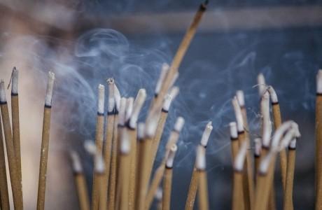 Khói hương trong tâm linh người Việt